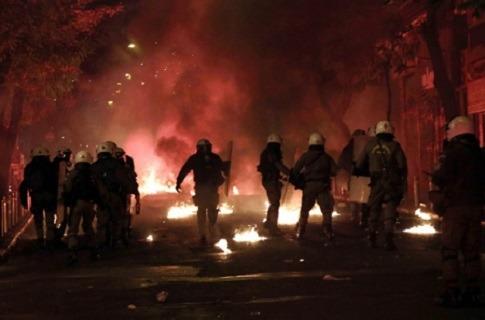 Photo of ანარქისტები ათენში პოლიციას თავს დაესხნენ