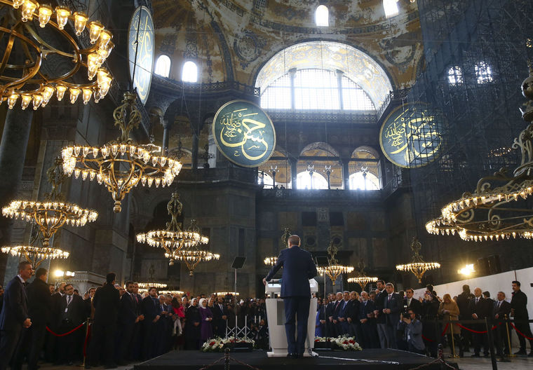 Photo of ერდოღანმა აია სოფიას ტაძარში ყურანის ლოცვა წაიკითხა