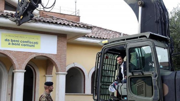 Photo of იტალიის შს მინისტრიპირადად დაჯდა ექსკავატორზე და მაფიის ვილა დაანგრია