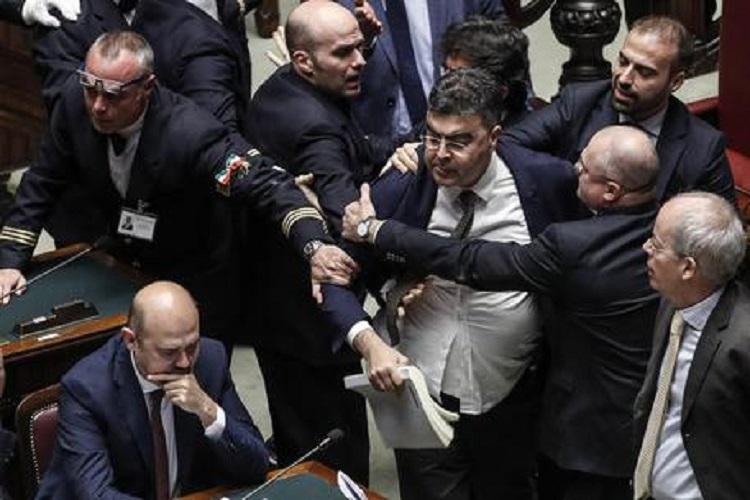 Photo of იტალიის პარლამენტში 2019 წლის ბიუჯეტის განხილვის წინ დეპუტატებს შორის შეხლა-შემოხლის გამო სხდომა ჩაიშალა