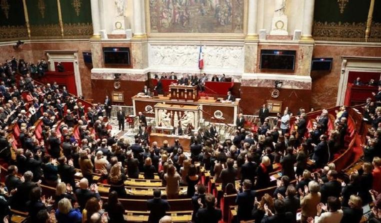 "Photo of ""მშობელი 1"" და ""მშობელი 2"" ""დედის"" და ""მამის"" ნაცვლად? – საფრანგეთის პარლამენტის ქვედა პალატამ მხარი დაუჭირა ცვლილებას განათლების კანონში"