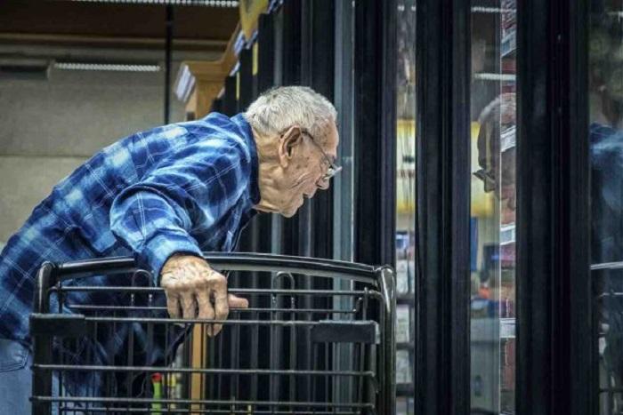 Photo of პოლიციელებმა მოხუც კაცს დაკავების ნაცვლად მოპარული ტირამისუს თანხა გადაუხადეს
