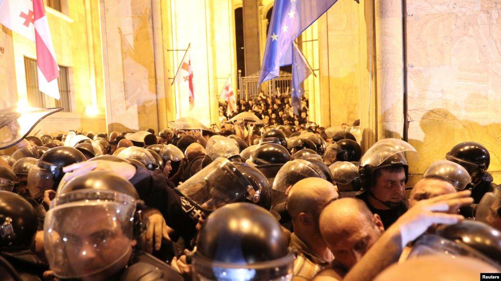 Photo of პოლიციამ თბილისში აქციის დასაშლელად ცრემლსადენი გაზი გამოიყენა