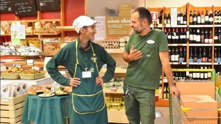 Photo of რეჯო ემილიაში მაღაზიის მფლობელმა სამუშაოზე აიყვანა იმიგრანტი, რომელიც მოწყალებას ითხოვდა