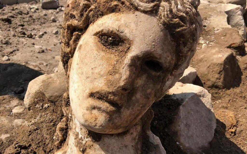 Photo of რომში ღვინის ღმერთ დიონისეს მარმარილოს ქანდაკების თავი აღმოაჩინეს