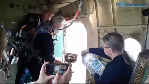 Photo of რუსეთში მღვდელმა თვითმფრინავიდან ნაკურთხი წყალი გადაასხა, რათა ქალაქი ლოთობისა და მრუშობისგან ეხსნა (ვიდეო)