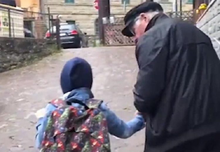"Photo of იტალიაში ""წლის პაპის"" წოდება მიენიჭა 84 წლის კაცს, რომელსაც მეზობლის ბრმა ბიჭუნა სკოლაში დაჰყავდა"
