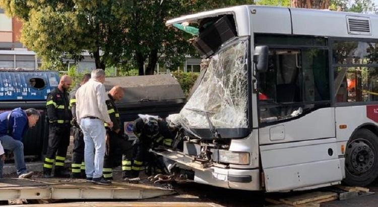 Photo of რომში მგზავრებით სავსე ავტობუსი ხეს შეეჯახა, არიან დაშავებულები