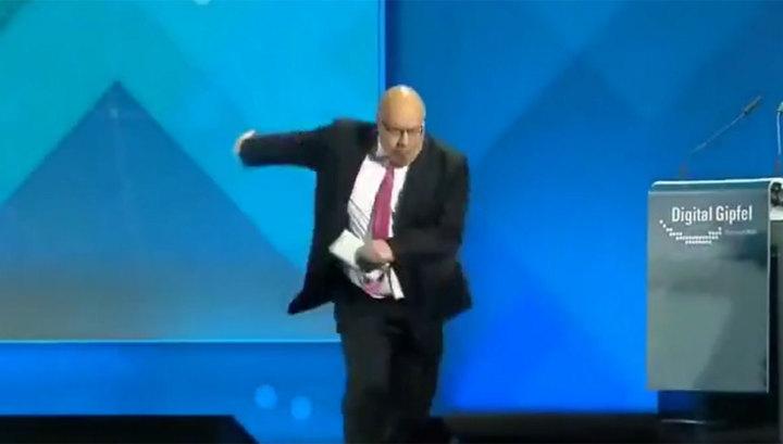 Photo of გერმანიის ეკონომიკის მინისტრი სცენიდან ჩასვლისას ჩავარდა და გონება დაკარგა (ვიდეო)