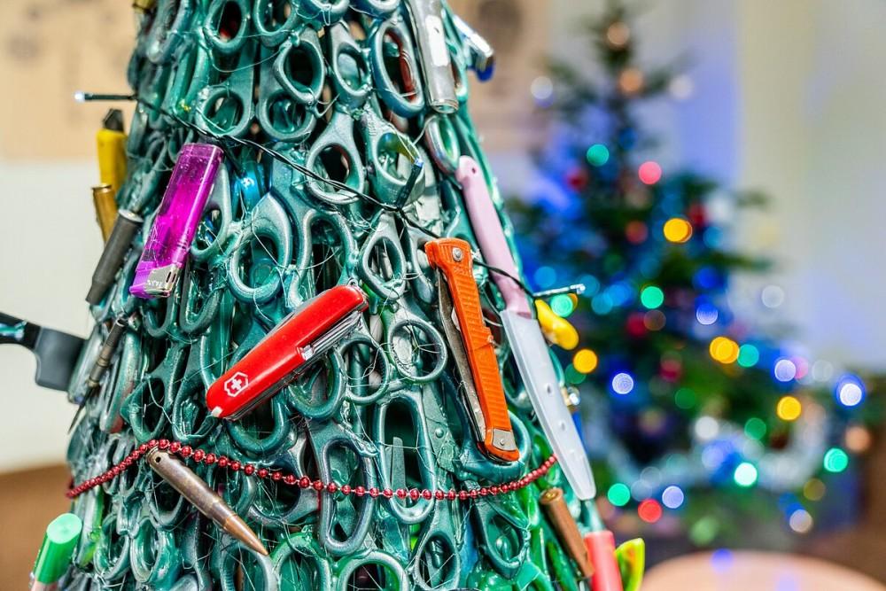 Photo of ვილნიუსის აეროპორტში ნაძვის ხე მგზავრებისთვის ჩამორთმეული ნივთებით ააწყვეს