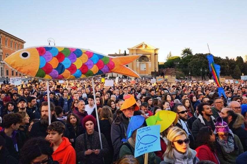 """Photo of რომში მოძრაობა """"სარდინების"""" მასშტაბური აქცია გაიმართა – აპოლიტიკური მოძრაობა სალვინის ანტიმიგრაციული პოლიტიკის წინააღმდეგ"""