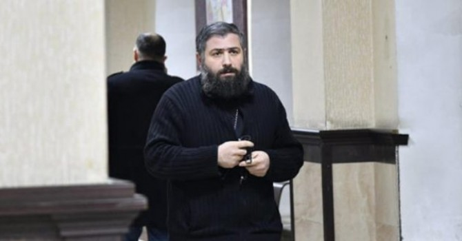 Photo of მღვდელს, რომელსაც ყოფილი ცოლი ძალადობაში ადანაშაულებდა გირაო შეეფარდა