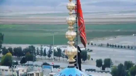 """Photo of ირანში, ყუმში მდებარე მეჩეთზე წითელი დროშა აღმართეს – """"ირანი მზადაა შურისძიებისთვის"""""""