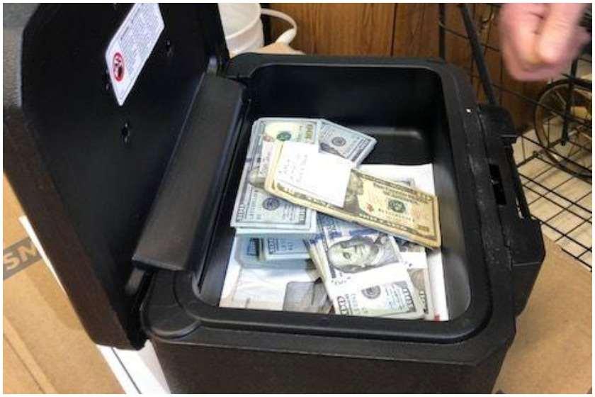 Photo of კაცმა მეორად დივანში 40 000 დოლარი იპოვა და პატრონს დაუბრუნა (ვიდეო)