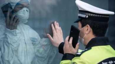 Photo of ვირუსული ფოტო – ჩინელი პოლიციელი და მისი მეუღლე ერთმანეთს გამყოფი მინის მიღმა ესაუბრებიან