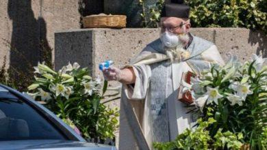 Photo of დეტროიტში მღვდელმა ნაკურთხი წყლით მრევლის დასალოცად სათამაშო პისტოლეტი გამოიყენა
