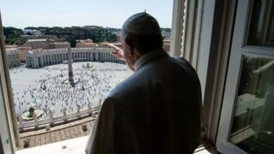 Photo of თითქმის 3-თვიანი პაუზის შემდეგ რომის პაპმა მორწმუნეები მოციქულთა სასახლის ფანჯრიდან დალოცა