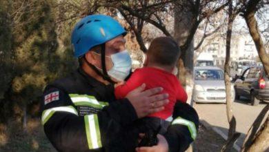 Photo of მაშველებმა რუსთავში ცეცხლმოკიდებული კორპუსიდან ბავშვები გამოიყვანეს