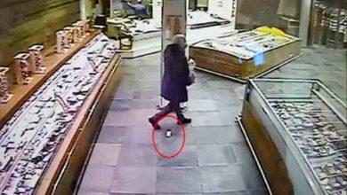 Photo of ნეაპოლში ეძებენ კაცს, რომელმაც მაღაზიაში 50 000 ევროს ღირებულების ბრილიანტები დაკარგა