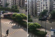 """Photo of """"ნიუჰოსპიტალსის"""" ეზოში სატვირთო ავტომანქანა შევარდა, რომელმაც რამდენიმე ავტომობილი მოიყოლა – დაიღუპა 2 ადამიანი (ვიდეო)"""